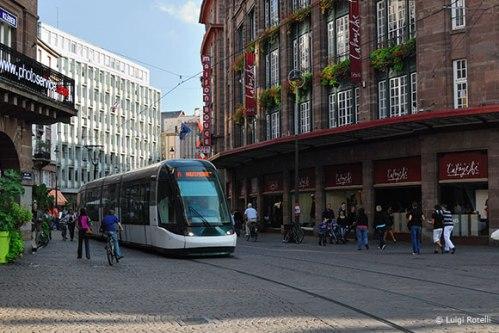 As ruas do centro de Estrasburgo (França) funcionam como um calçadão; não há espaço para carros