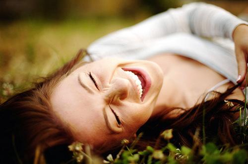 como ser uma mulher poderosa sorrindo